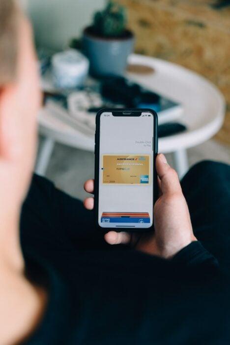 Persona utilizando su aplicación bancaria en el célular