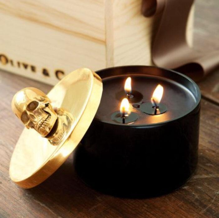 Vela aromatizante color negra con tapa color dorada