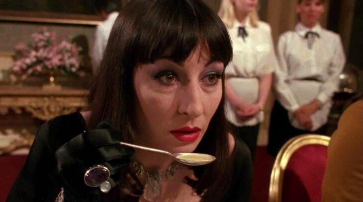 Escena de la película Las brujas en la que La gran bruja esta comiendo sopa