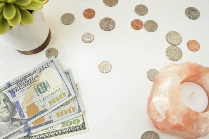 Dinero en efectivo sobre la mesa
