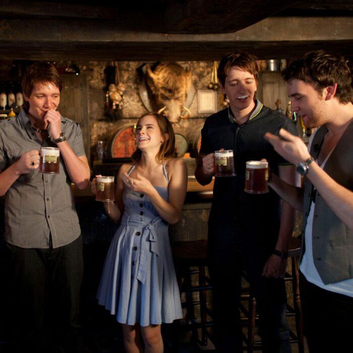 Elenco de Harry Potter en el que están bebiendo cerveza de mantequilla