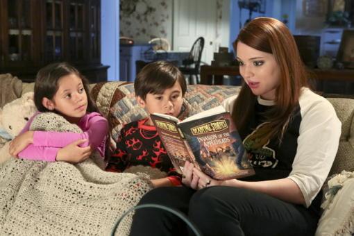 Chica contando cuentos, escena de la serie Spooksville