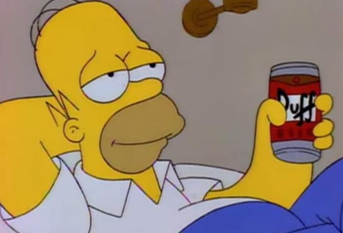 Homero bebiendo cerveza Duff despreocupadamente
