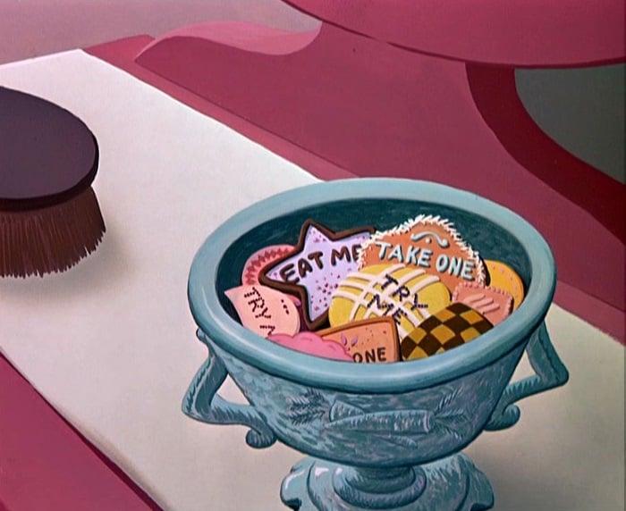 Escena de la película 'Alicia en el país de las maravillas' en la que se ven las galletas mágicas