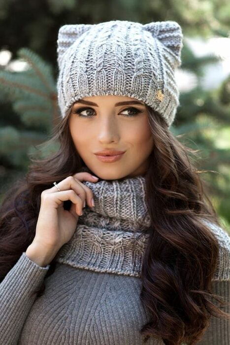 Girl with gray knitted hat; ideas to wear hats and caps in autumn
