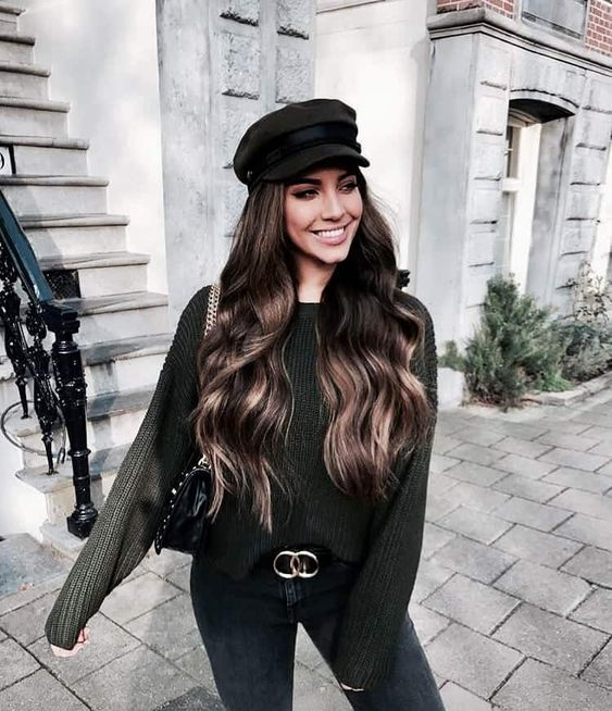 Girl with beret in black tone and matching sweater; ideas to wear hats and caps in autumn