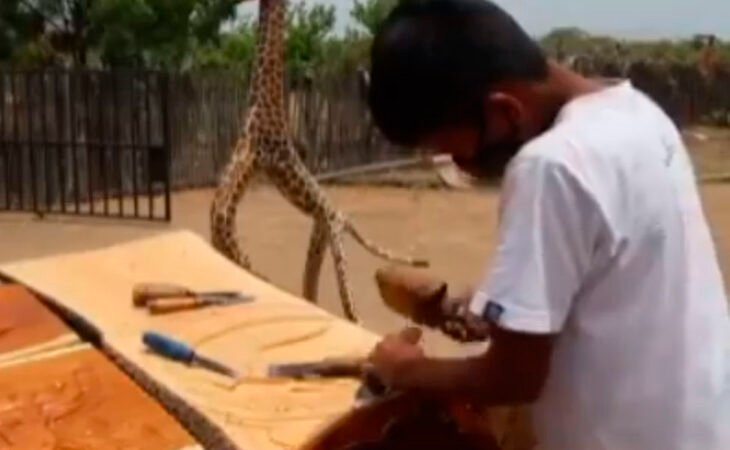 Marck Anthony tallando artesanía de madera