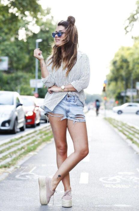 Chica de pie posando para una fotografía