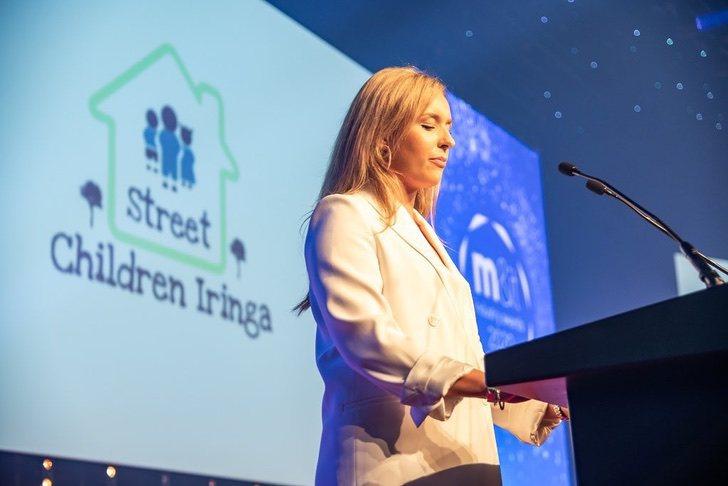 Letty McMaster presentando a su organización Street Children Iringa