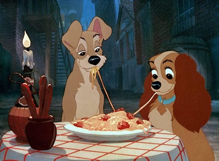 Escena de 'La dama y el vagabundo' en la que están comiendo espaguetis con albóndigas