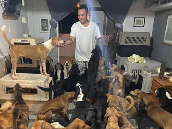 Ricardo con algunos de los animales rescatados durante el huracán Delta