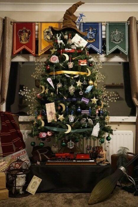 Pinito navideño decorado con temática de Harry Potter; ideas para decorar tu arbolito de Navidad