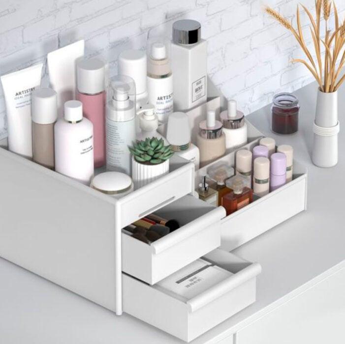 Organización de maquillaje y skin care en artículo de de manera con niveles y cajones