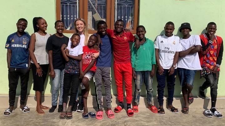 Letty con todos los chicos que adoptó del orfanato