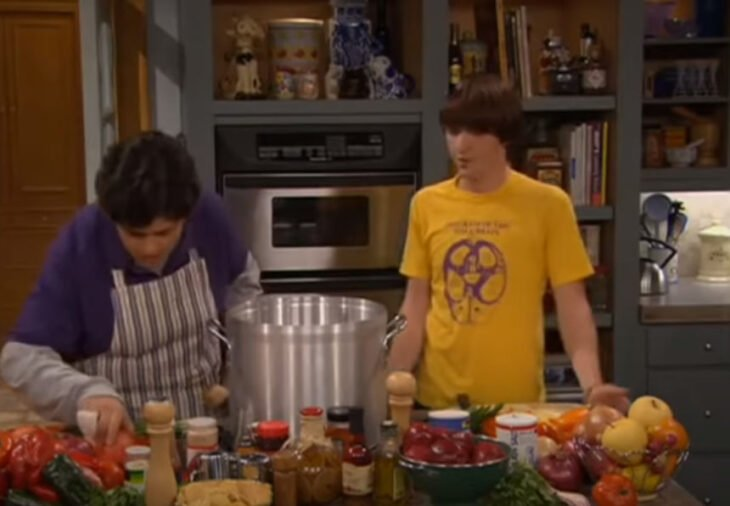 Escena de 'Drake & Josh' en la que están preparando salsa con pimienta peruana