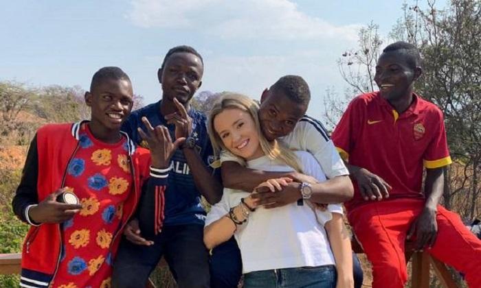 Letty con los chicos que adoptó del orfanato
