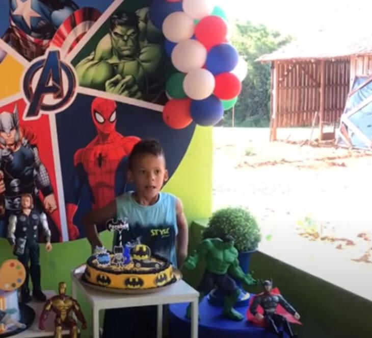 Gabriel partiendo su pastel en su fiesta de 6 años