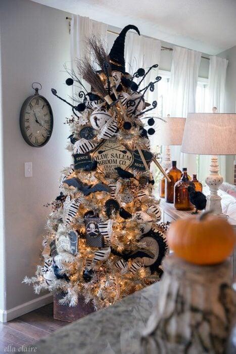 Pinito navideño decorado con temática de Noche de brujas; ideas para decorar tu arbolito de Navidad