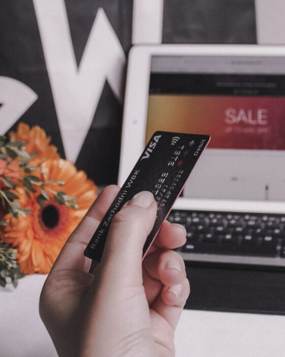 Persona utilizando su tarjeta de crédito