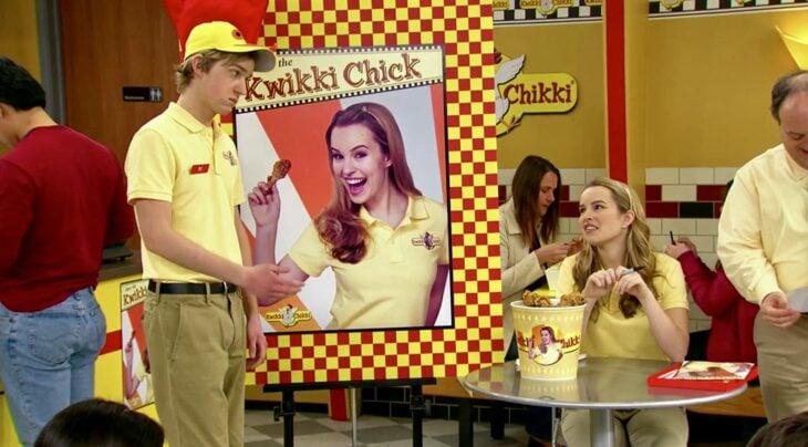 """Escena de la serie 'Buena Suerte Charlie', en la que Teddy come pollo frito """"Kwikki Chikki"""""""