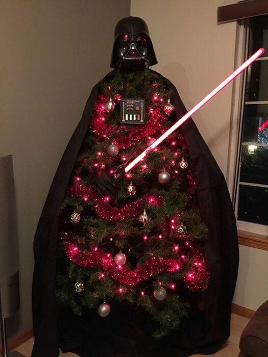 Pinito navideño decorado con temática de Star Wars; ideas para decorar tu arbolito de Navidad