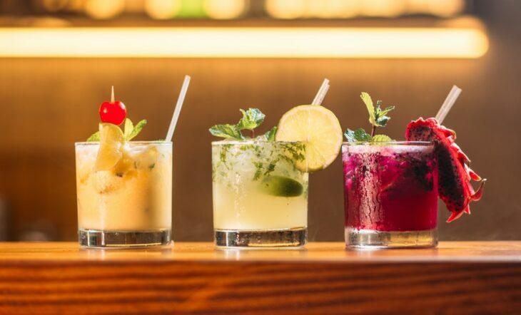 Cocteles con alcohol de diferentes tipos