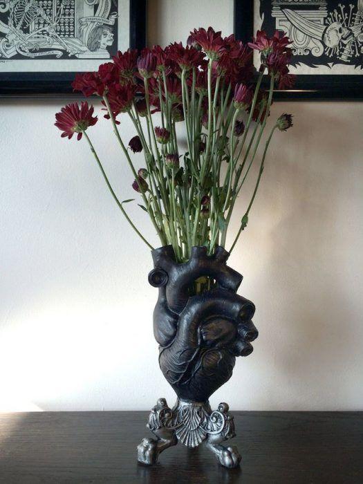 Florero color negro en forma de corazón