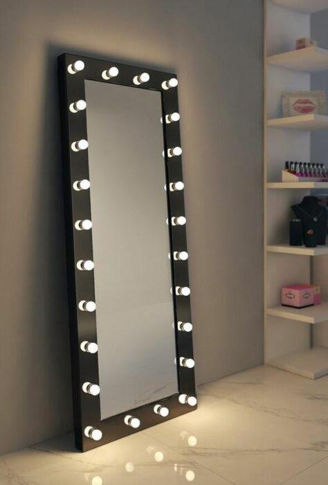 Espejo de cuerpo completo con luces con armazón color negro