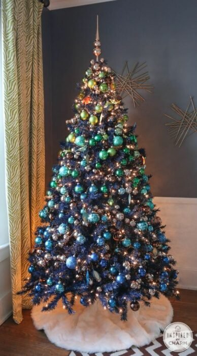 Pinito navideño decorado con esferas en colores degradados; ideas para decorar tu arbolito de Navidad