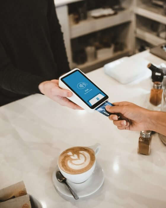 Persona pagando un café