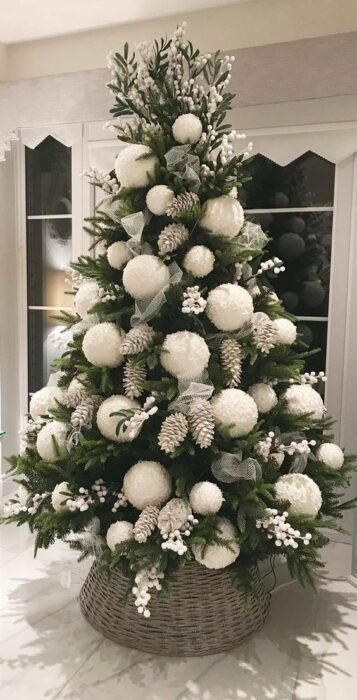 Pinito navideño decorado con esferas gigantes; ideas para decorar tu arbolito de Navidad