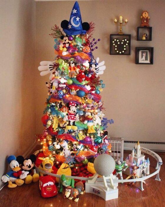 Pinito navideño decorado con temática de Disney; ideas para decorar tu arbolito de Navidad