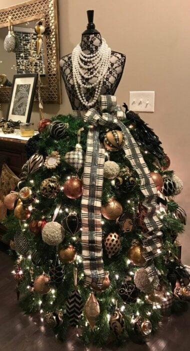 Pinito navideño decorado como un vestido elegante; ideas para decorar tu arbolito de Navidad