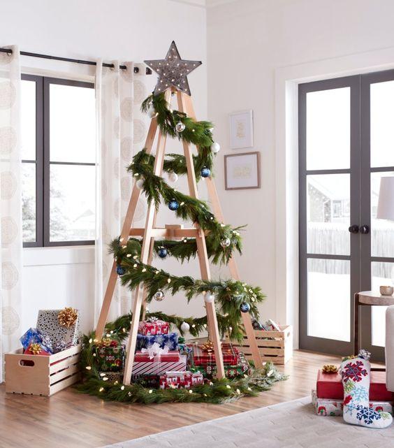 Pinito navideño decorado con madera y esferas plateadas; ideas para decorar tu arbolito de Navidad