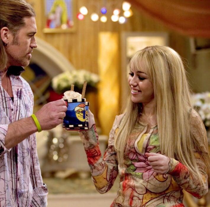 Escena de la serie de 'Hannah Montana' en la que Miley y su papá beben Loco Hot Coca