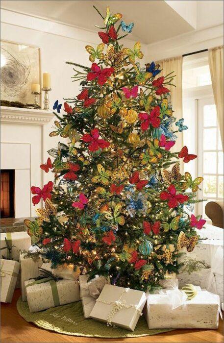 Pinito navideño decorado con temática de mariposa; ideas para decorar tu arbolito de Navidad