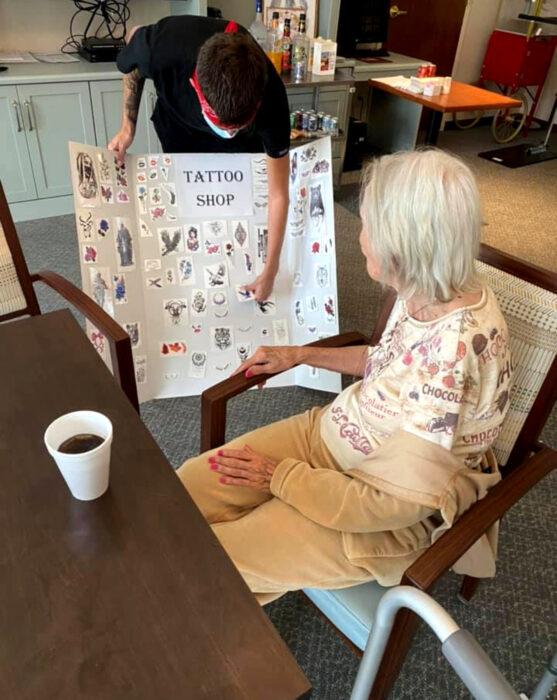 Abuelitos en asilo se hacen tatuajes temporales