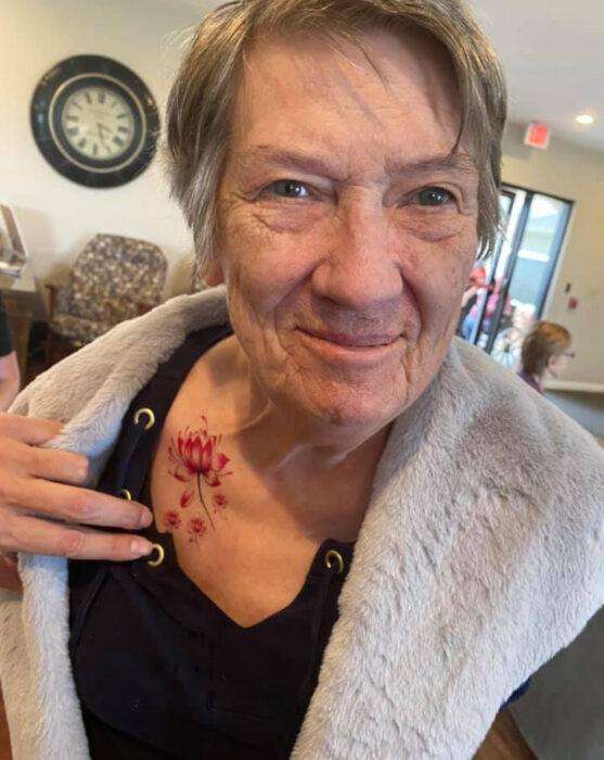 Abuelitos en asilo se hacen tatuajes temporales; flor de loto en la clavícula