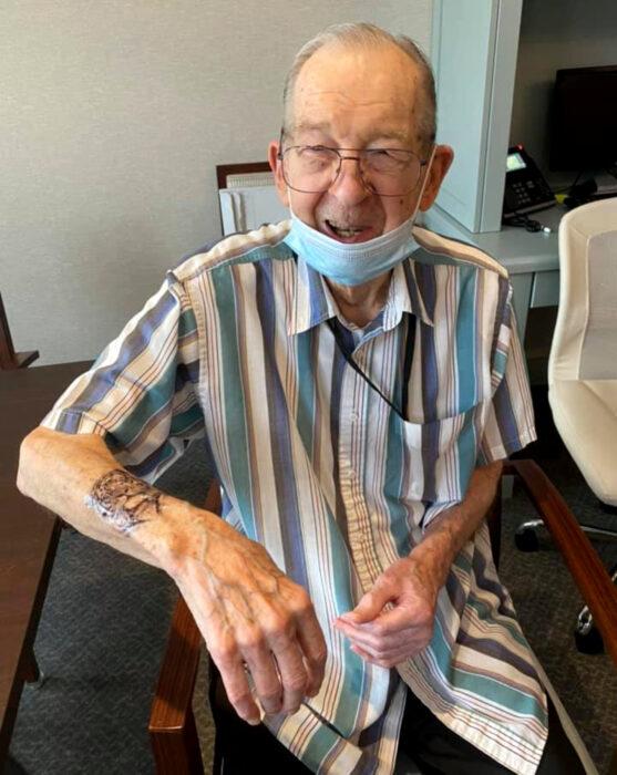 Abuelitos en asilo se hacen tatuajes temporales; tigre en el brazo