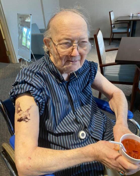 Abuelitos en asilo se hacen tatuajes temporales; águila en el brazo