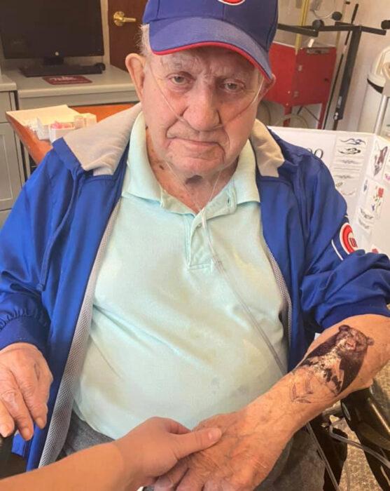 Abuelitos en asilo se hacen tatuajes temporales; oso en el brazo