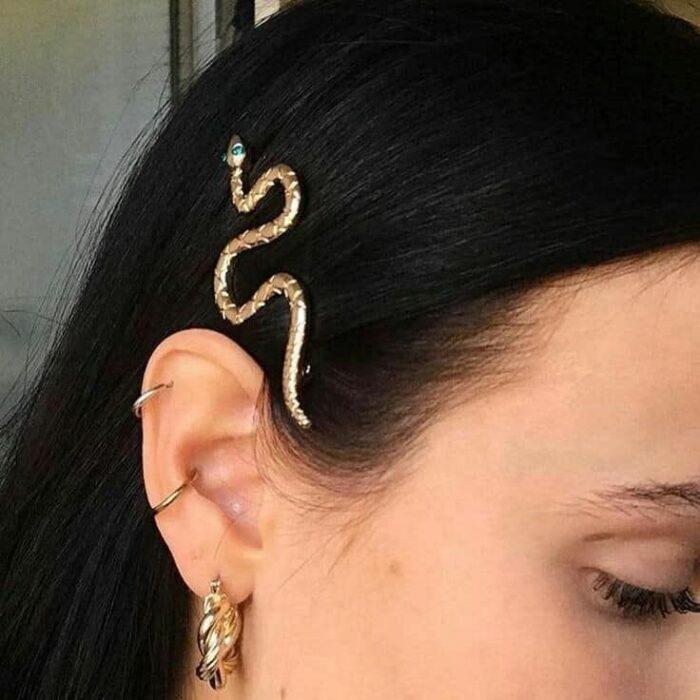 Chica usando un pasador de cabello en forma de serpiente