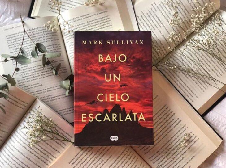 Libro Bajo un cielo escarlata de Mark Sullivan