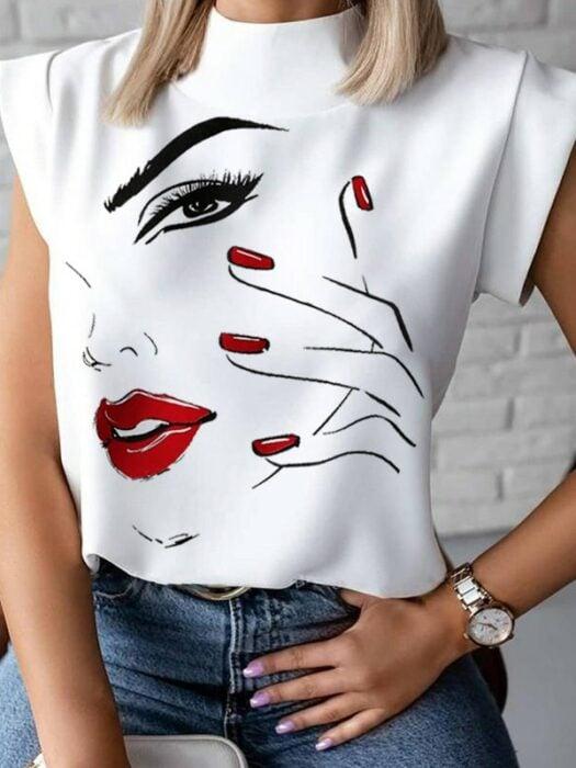 Chica con una blusa blanca casual con estampado de una mujer de labios rojos
