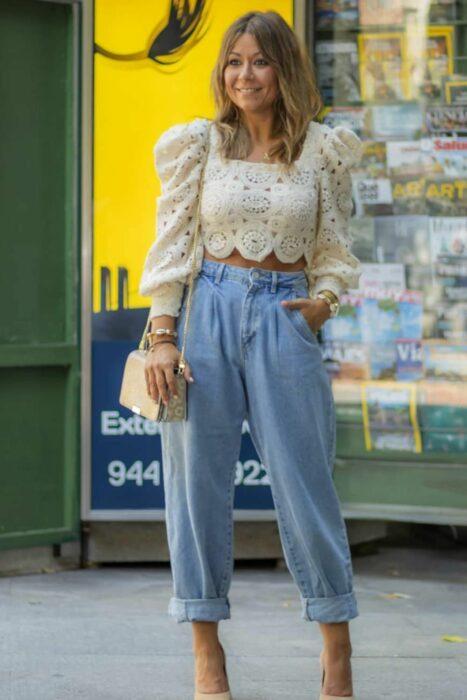 Chica con una blusa de top con mangas abombadas