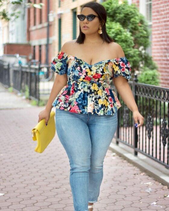 Chica con una blusa de estampados de hombros descubiertos