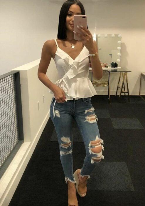 Chica con una blusa cruzada en el pecho de color blanco