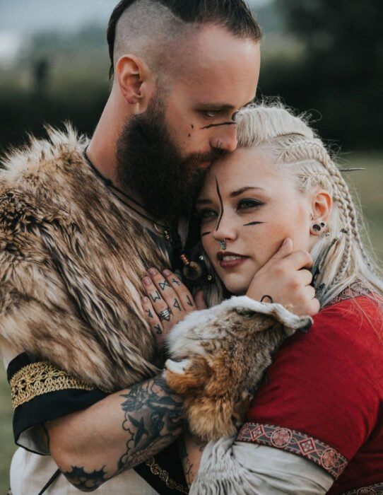 Ideas para una boda vikinga; pareja