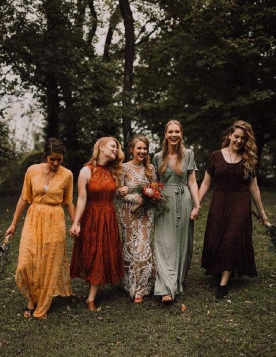Ideas para una boda vikinga; novia y damas de honor en vestidos de encaje