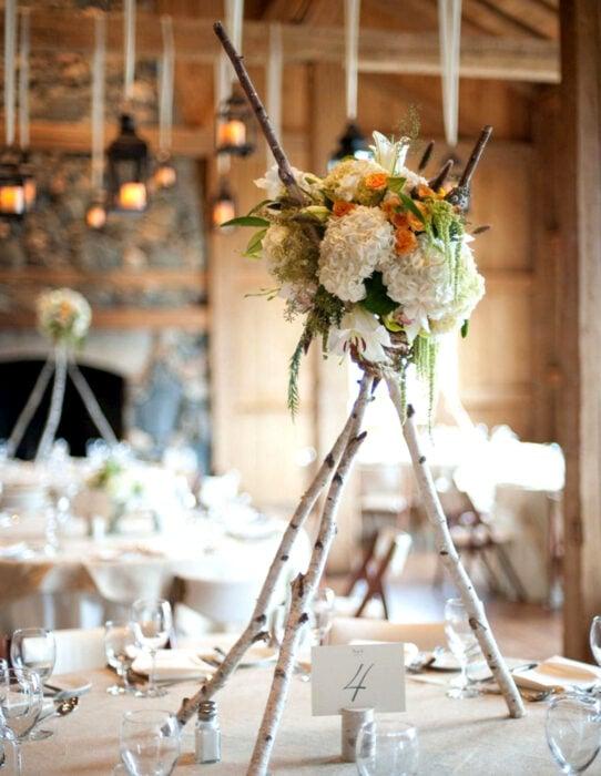 Ideas para una boda vikinga; centro de mesa de madera y flores